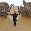 野柳地質公園-左右兩旁為蜂窩石照片