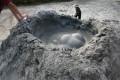 泥火山-持續噴發的火山泥照片