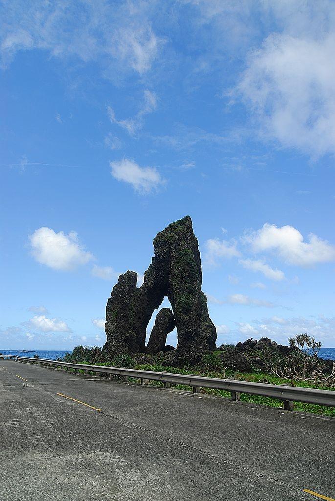 简介 玉女岩由於形状奇特又被称为「夫妻岩」或「阴阳石」,是一座火山