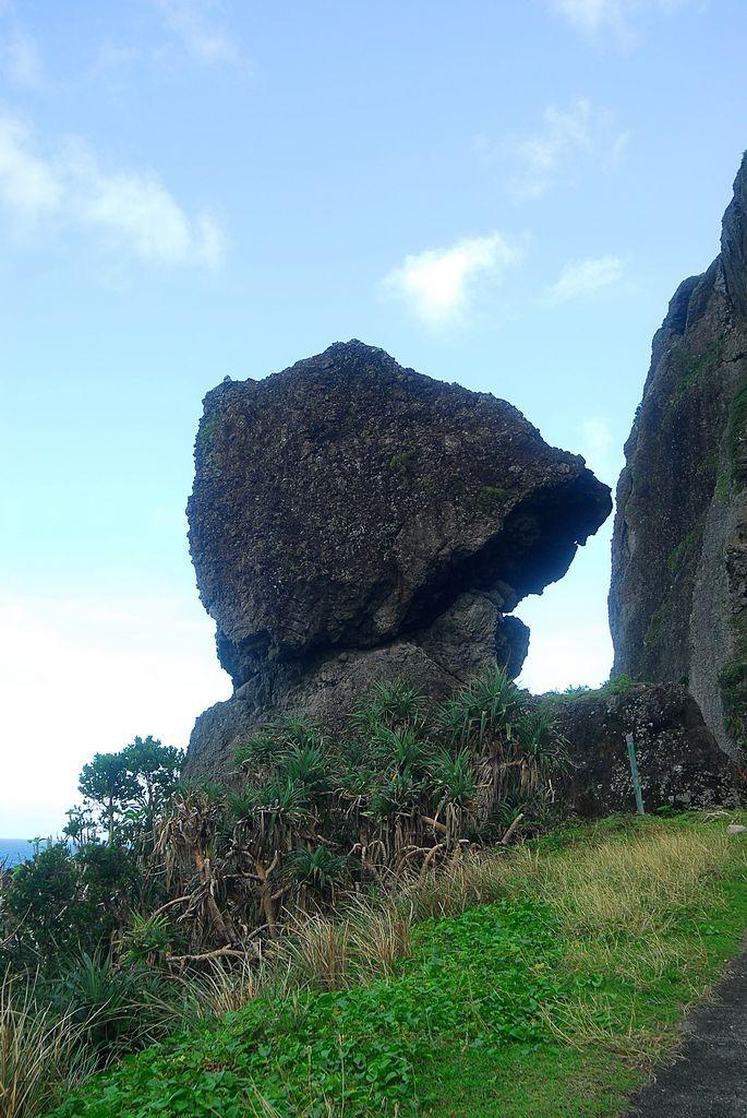 鋼盔岩主照片
