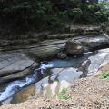 萬年峽谷-峽谷旁土質疏鬆易滑落的河岸照片