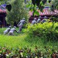 吳鳳紀念公園-矮木樹林間的吳鳳與原住民雕像照片