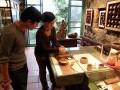九份茶坊-日籍老闆娘展示陶製品照片