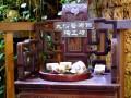 九份茶坊-放在古樸椅子上的高腳杯茶具組照片
