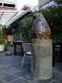九份茶坊-一樓後面的露天茶室, 前景貓造型燈具是老闆娘所設計的照片